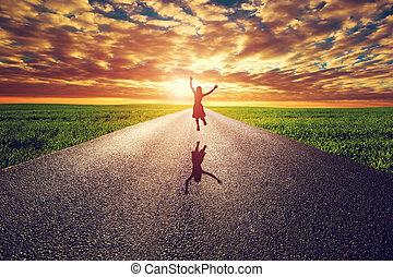 lycklig woman, hoppning, på, länge, rak, väg, väg, mot, solnedgång, sol