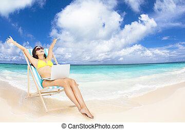 lycklig woman, med, laptop, på, den, tropical strand