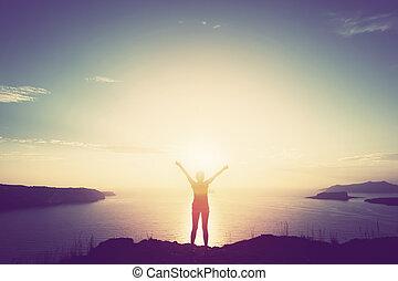 lycklig woman, med, räcker upp, på, klippa, över, hav, och, öar, hos, solnedgång