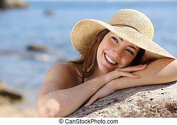 lycklig woman, med, vit, le, titta i sidled, på, semester