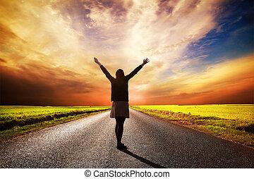 lycklig woman, stående, på, lång väg, hos, solnedgång