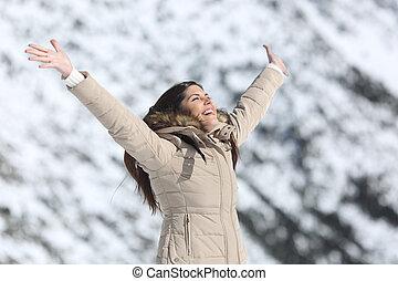 lycklig woman, uppresning beväpnar, på, vinter, lov