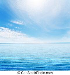 lys, bølger, på, blå, hav, og, skyet himmel, hos, sol