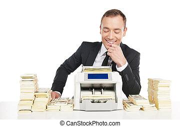 máquina, sentando, dinheiro, dinheiro., jovem, alegre, enquanto, homem negócios, tabela, contagem, homem