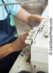 máquina, utilizar, banco de trabajo, costura, sastre