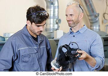 máscara, aproximadamente, dois, trabalhadores, falando