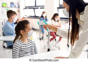 máscara, medición, profesor, niño, cuarentena, temperature., cara, escuela, después, covid-19