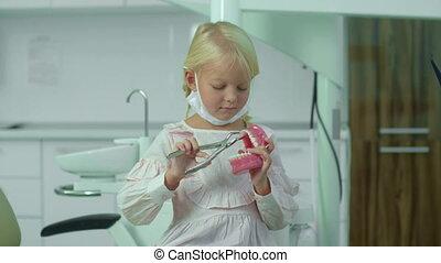 mâchoire, tient, monde médical, hands., masque, pinces, elle, girl