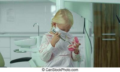 mâchoire, tient, monde médical, hands., pinces, elle, girl