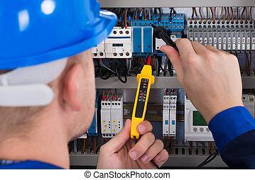 mâle, électricien, vérification, fusebox