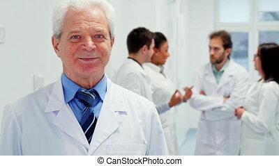 mâle aîné, docteur, poses, à, les, hôpital