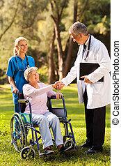 mâle aîné, patient, salutation, docteur