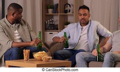 mâle, bière, boire, amis, maison, chips