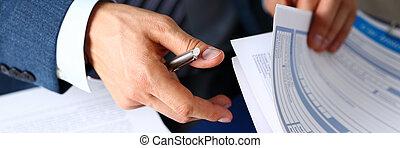 mâle, bras, dans, complet, offre, assurance, formulaire, coupé, à, tampon