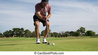 mâle, cours, golf, ensoleillé, agenouillement, caucasien, jour, golfeur