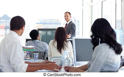 mâle, directeur, expliquer, a, business, projet