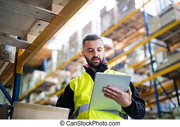 mâle, entrepôt, ouvrier, à, tablet.