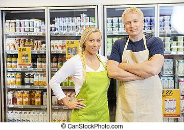 mâle, femme, magasin, debout, ouvriers, épicerie