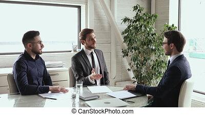 mâle, groupe, business, faire, accord, poignée main, négociations, confiant, cadres