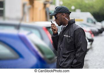 mâle jeune, garde, utilisation, sécurité, talkie-walkie