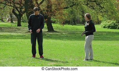 mâle, joggeur, à, entraîneur personnel, dans parc