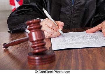 mâle, juge, écriture, sur, papier