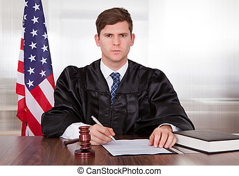 mâle, juge, dans, salle audience