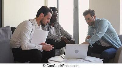 mâle, ligne, equipe affaires, gens, multiracial, ensemble, ...