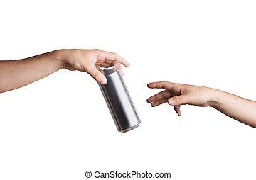 mâle, main, donner, a, boîte de bière, à, autre, personne