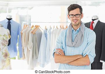 mâle, mode, sourire, armes traversés, concepteur