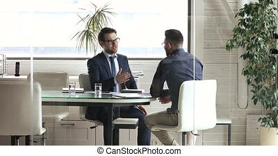 mâle, partenaires, verre, derrière, mains, secousse, après, deux, cadre, négociations
