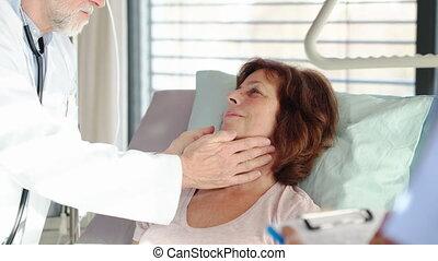 mâle, patient, hospital., docteur, femme aînée, examiner