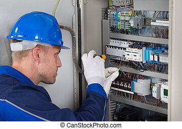 mâle, technicien, vérification, fusebox