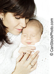 mãe, abraçar, dormir, bebê, e, segurando, seu, mão.