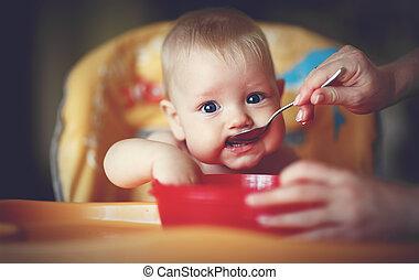 mãe, alimentação, menino bebê, com, um, colher