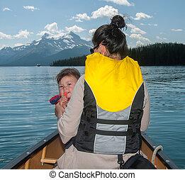 mãe bebê, filha, em, canoa