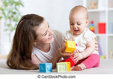 mãe bebê, menina, tocando, com, developmental, brinquedos, em, sala de estar