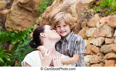 mãe, beijando, dela, filho