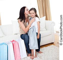 mãe, beijando, dela, menininha, após, shopping