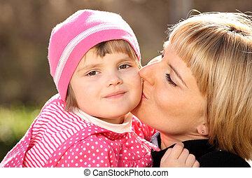mãe, beijando, dela, menininha