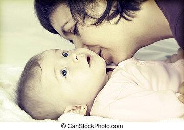 mãe, beijando, dela, pequeno, menina bebê