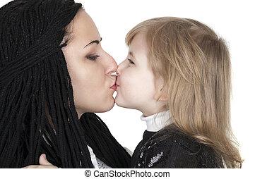 mãe, beijando, feliz, bebê