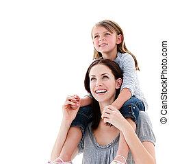mãe, carona piggyback, filha, alegre, dela, dar