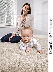 mãe, com, bebê, aprenda rastejar