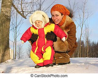 mãe, com, bebê, inverno