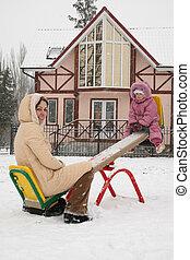 mãe, com, bebê, ligado, inverno, balanço
