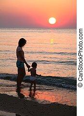 mãe, com, bebê, ligado, ocaso mar