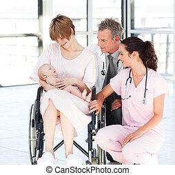 mãe, com, dela, bebê recém-nascido, doutor enfermeira