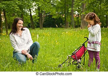 mãe, com, dela, criança, ao ar livre