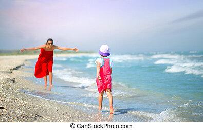 mãe, com, dela, menininha, tocando, ligado, a, litoral